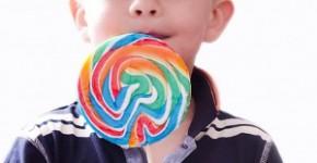 Dziecko z lizakiem, cukrzyca